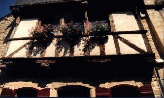 Maison normande - Fleurs au balcon et colombages de rigueur...en cette région