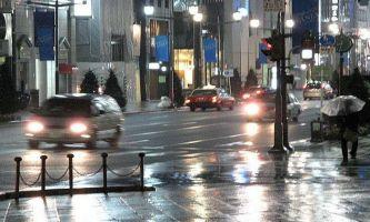 1654 | Pluie sur Ginza - Ginza, un des quartiers les plus animés de Tokyo. Saisi sous la pluie, on ne le dirait pas !!