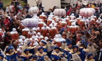 """1310   Gilles du Brabant Wallon - Si le carnaval des  Gilles de Binche est réputé et le plus connu, celui de Villers-la-Ville (Belgique) ne lui cède en rien. Casqués de plumes d'autruches, costumes médiévaux décorés de lions et d'écussons...et précédés de leurs """"Mamzelles"""" ...les Gilles défilent, se mêlant à la foule qui les attend impatiemment."""