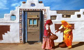 puzzle Porteuses d'eau, Le Rajahstan, région du Nord de l'Inde, est connu pour son architecture locale spécifique. Il l'est tout autant pour être la région des Maharadjas, et de leurs palais, dont la ville de Jaïpur en est un des exemples parmi d'autres.