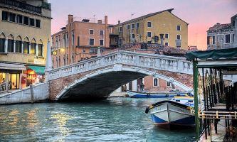 puzzle Belle au lever, Venise : au lever du soleil, avant que la ville ne se réveille et accueille sur ses canaux la circulation des locaux tout autant que des touristes.