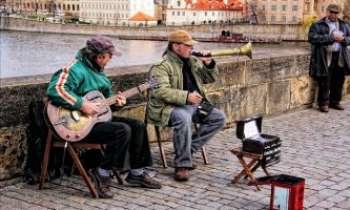 2822 | Musiciens - Prague - Une grande tradition la musique dans les pays d'Europe de l'Est. Les musiciens des rues y sont nombreux, du folklore au jazz, rien ne leur résiste, avec beaucoup de talent, le plus souvent.